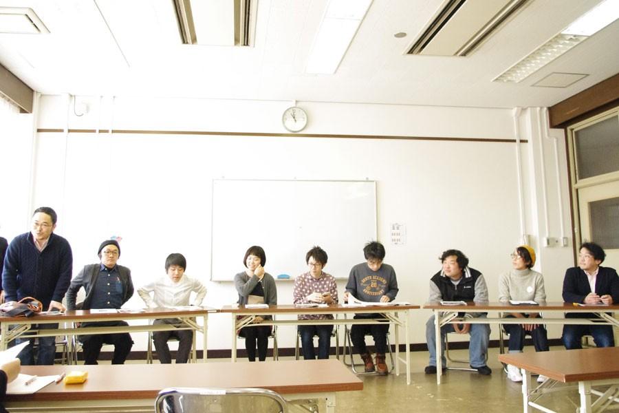 4月に行われる『アトリエ劇研 スプリングフェス』の説明をするあごうさん(一番左)