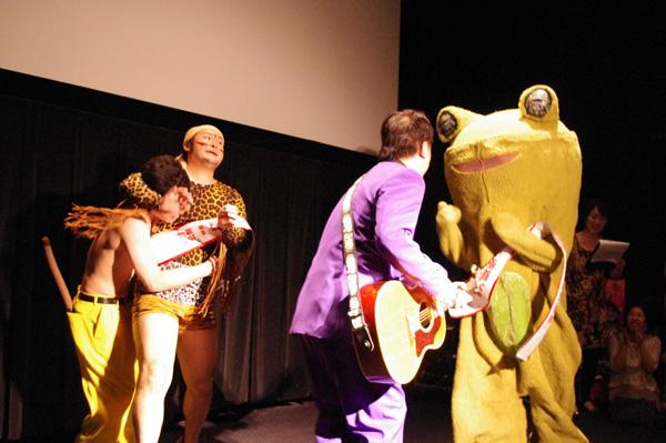 宣伝隊長に就任した人気芸人・バンビーノと吉本新喜劇からヤクザに扮した吉田裕、松浦真也も登場