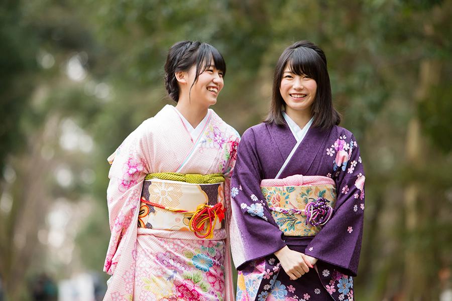 AKB48の横山由依(右)と小嶋真子