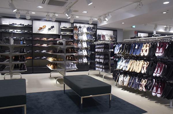 革靴からスニーカーまで、シューズエリアはかなり広い