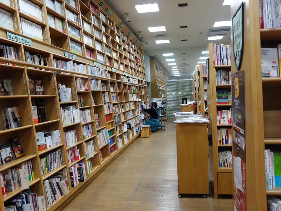 1〜3階まで、いろんなジャンルが揃う「ジュンク堂書店 千日前店」。NMB劇場の上、なんばグランド花月の前という土地柄、お笑い、アイドル本も多い