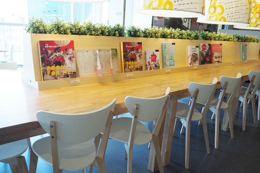コンセントとマガジンラックが設置されたテーブル