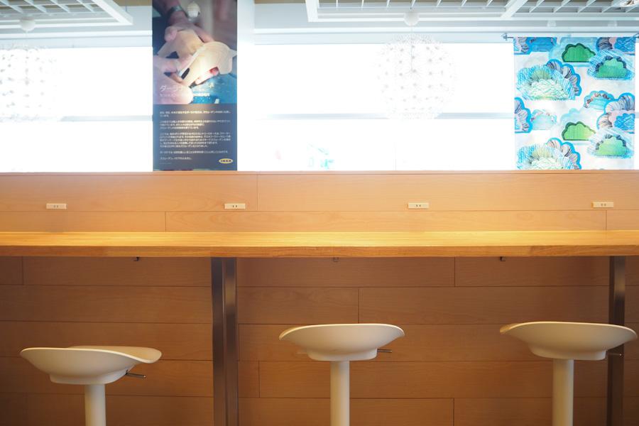 バルコニー側のカウンターテーブルは、外を眺めながら休憩できる
