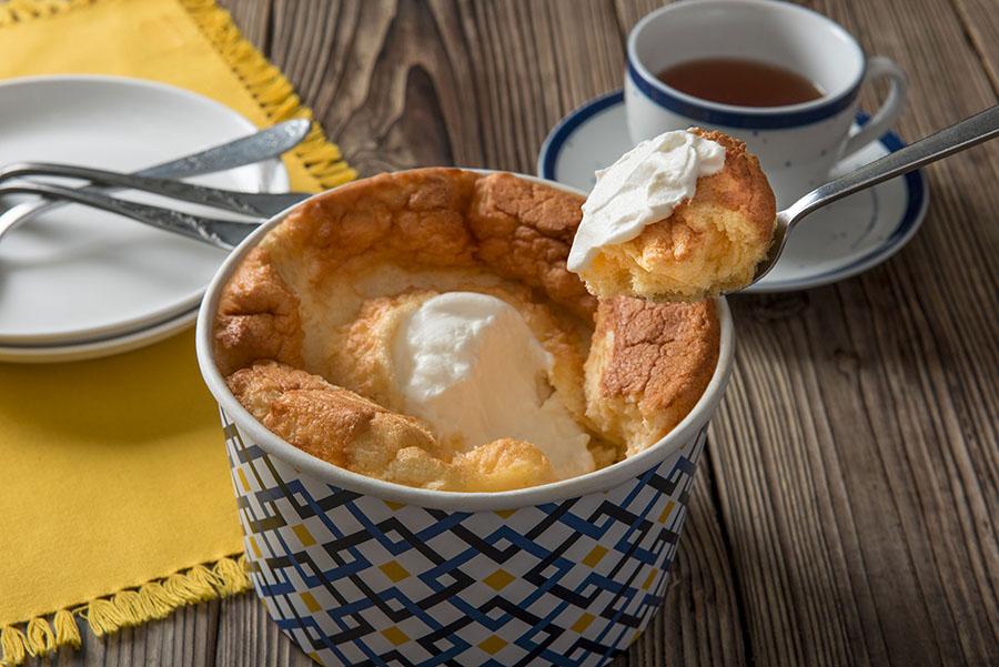 中に入っているホイップクリームと共にスプーンで。Lサイズであればお皿にとりわけることも可