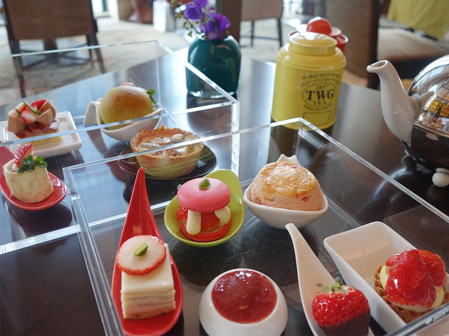 インターコンチネンタルホテル大阪の『ストロベリーアフタヌーンティー』。透明なお重に入っていて、紅茶はシンガポール発祥のTWG Tea