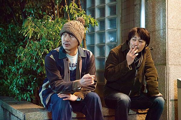 新井浩文(左)と安田顕 © 2016「俳優 亀岡拓次」製作委員会