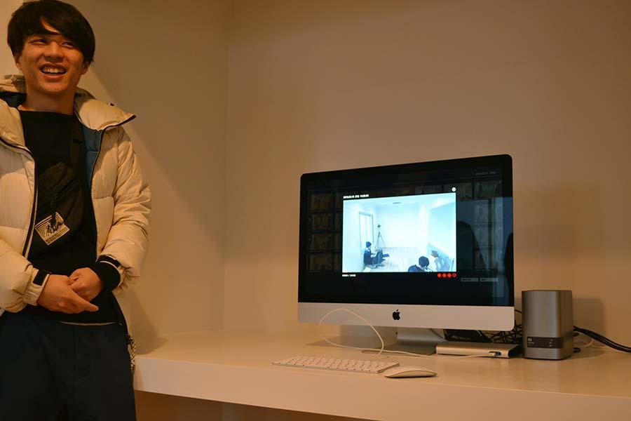 ライゾマティクス・アーキテクチャーによる部屋では、常に録画される。作品としての自分を意識して、生活することになりそうだ