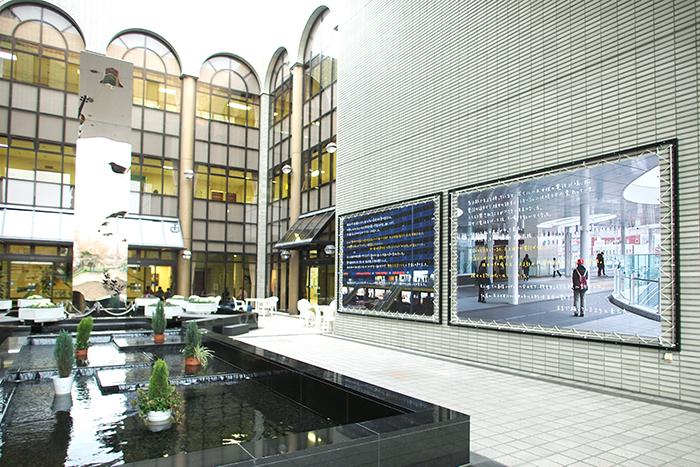 牛島光太郎《茨木の話》 ターポリンにインクジェットプリント 2016年(茨木市市民総合センターの展示風景)