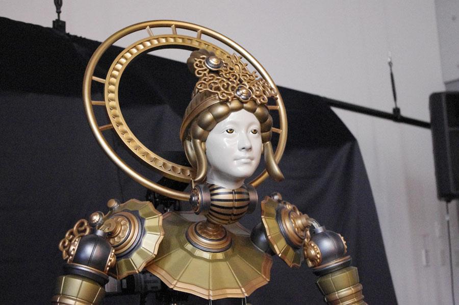 大阪・梅田に登場した黒子ロボットは、仏像をイメージした人形を操る