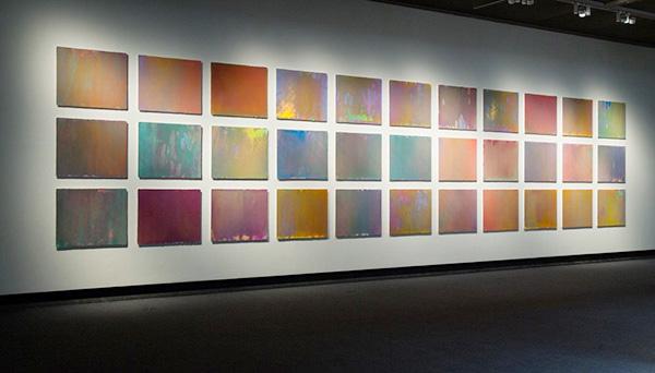 小野耕石《Hundred Layers of Colors》 はらシルクスクリーン 油性インク、紙 245×1090cm 2014年 撮影 青地大輔