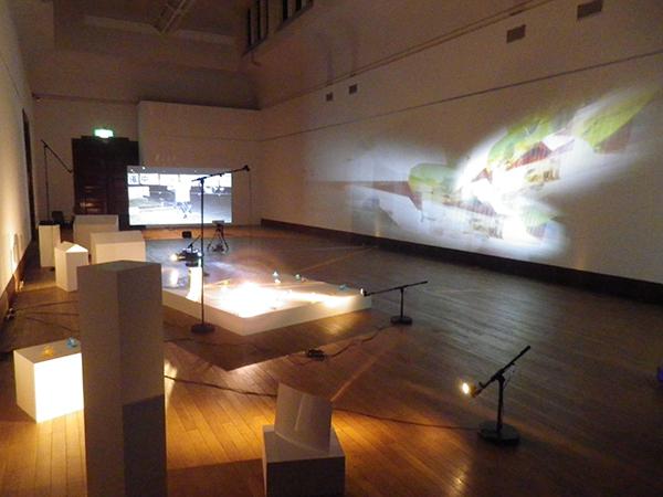 林勇気(右)、小出麻代(手前)、高橋耕平(奥)の展示風景