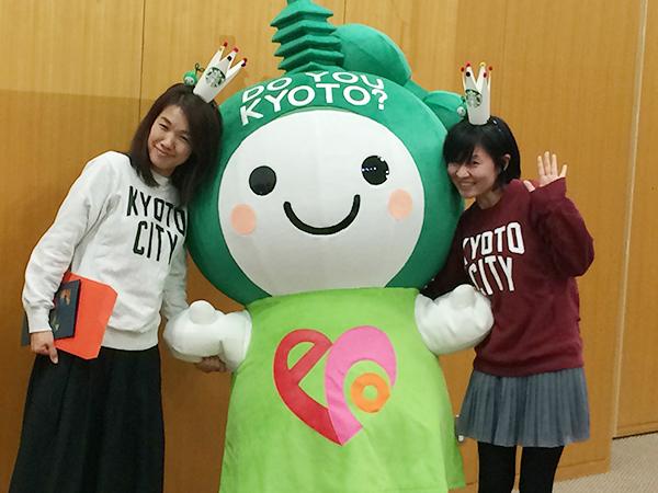 特別ゲスト、京都市の環境マスコット・エコちゃんと喜びを分かち合う「ガッツ倶楽部」の2人