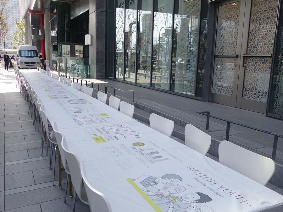 北側と南側で計50m以上のテーブル。通路は人が通れるようにスペースも