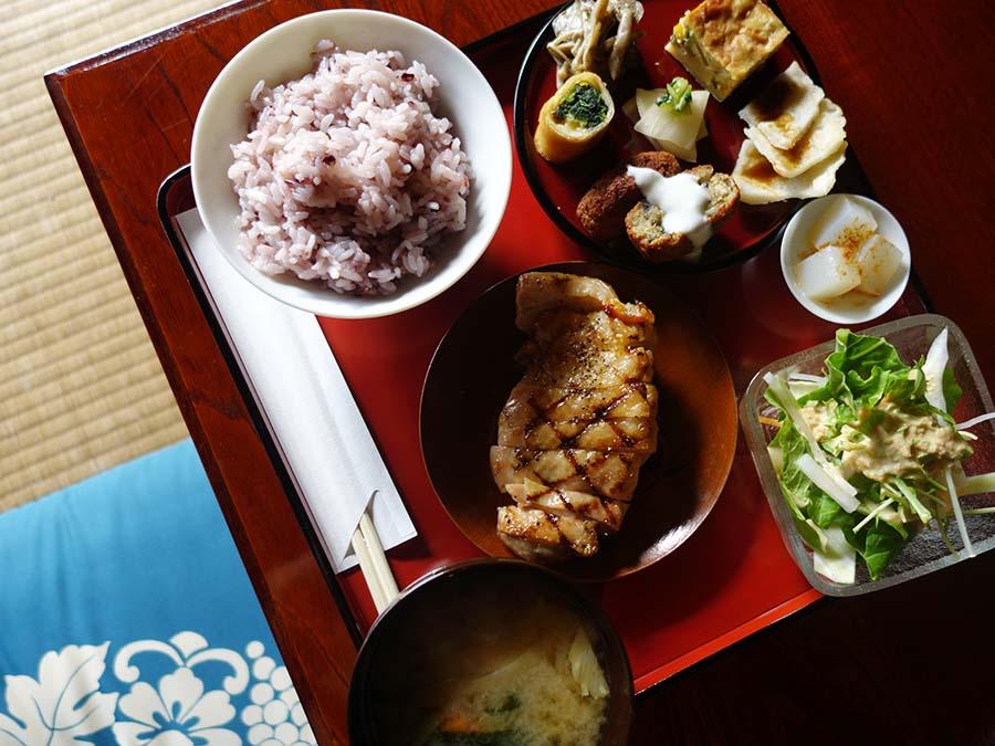 ランチはメインが選べ、1,500円〜。ご飯は古代米、一見和食ながらもファラフェルといったメニューも