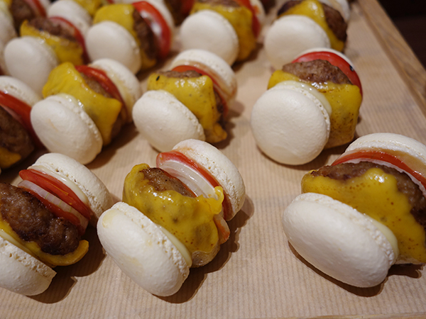 チーズ、オニオン、トマトをはさみ、小さくてもしっかりハンバーガー