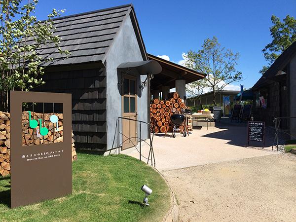 ロッジの宿泊棟を通り抜けていくと小屋をイメージした入口が。受付であらかじめ注文しておいた食材を受け取ります。ビール(500円)などのドリンクもこちらでオーダー。ソフトドリンクは200円