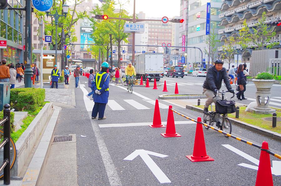 2013年11月23日~29日まで行われた御堂筋側道閉鎖社会実験では同様の自転車通行空間が登場