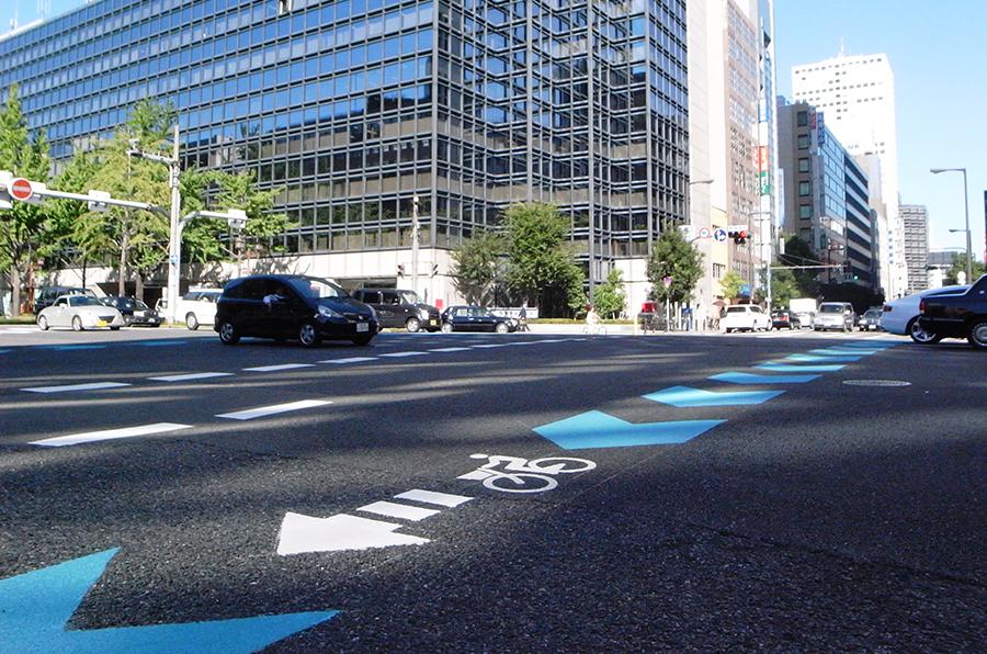 本町通りにも自転車レーンが設置されるなど自転車の通行空間は増えつつある