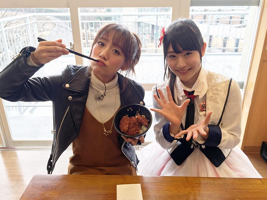 AKB48の高橋みなみと(左)とNGT48の加藤美南