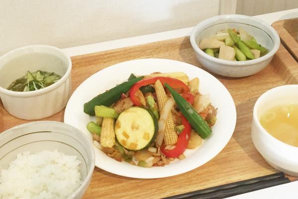 8月メニュー「夏野菜のオイスターソース香味炒め」