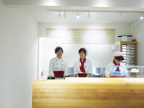 ふんわりと中は白く、外はきれいなキツネ色のコッペパンをイメージした店内