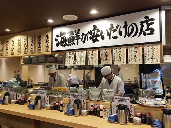 魚もあります。どこも真似できない「海鮮が安いだけ」の店、「魚屋スタンドふじ」。名物鯛とうふ395円