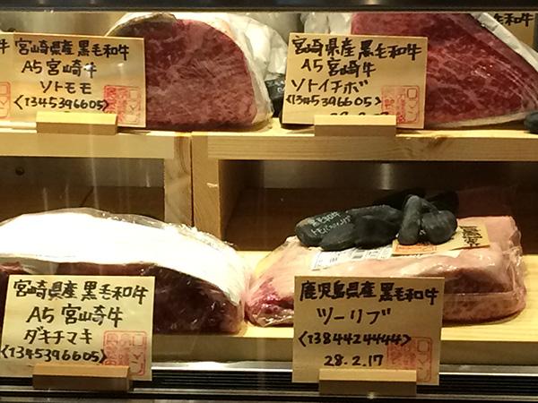 「ステーキハウス ロマン亭」の熟成肉セラーは店内カウンターの中央に