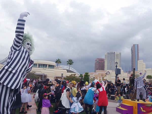 『コスチューム・パーティ♯仮装で熱狂へ』では、みんなノリノリで自撮り!