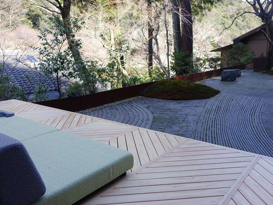 「奥の庭」では枯山水の模様を楽しめるように、ソファを設置