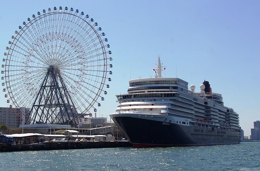 巨大な豪華客船「クイーン・エリザベス号」の登場に、大阪港の風景は一変
