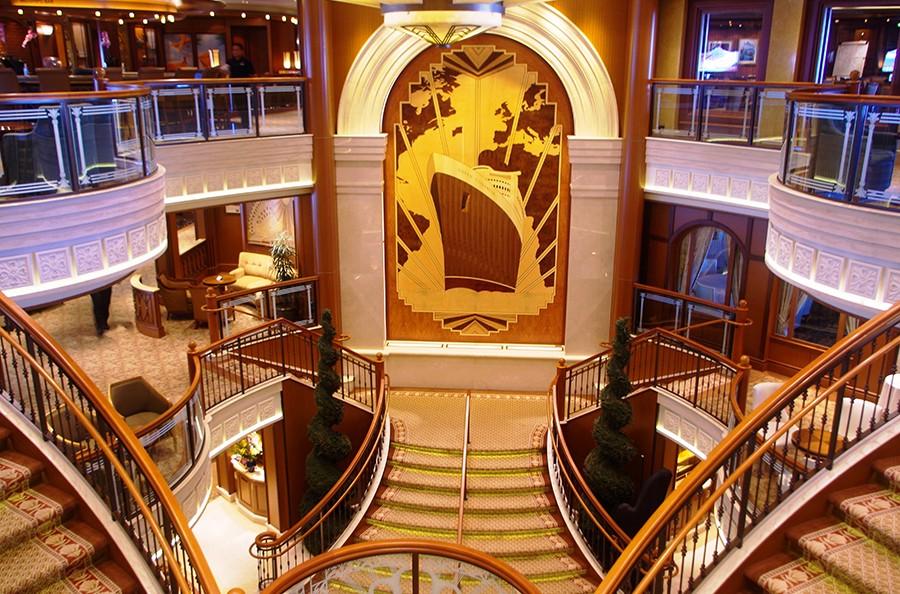 グランド・ロビー中央に飾られたクイーン・エリザベス号の寄木細工