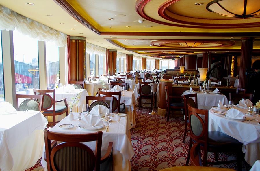 船内のレストランの様子