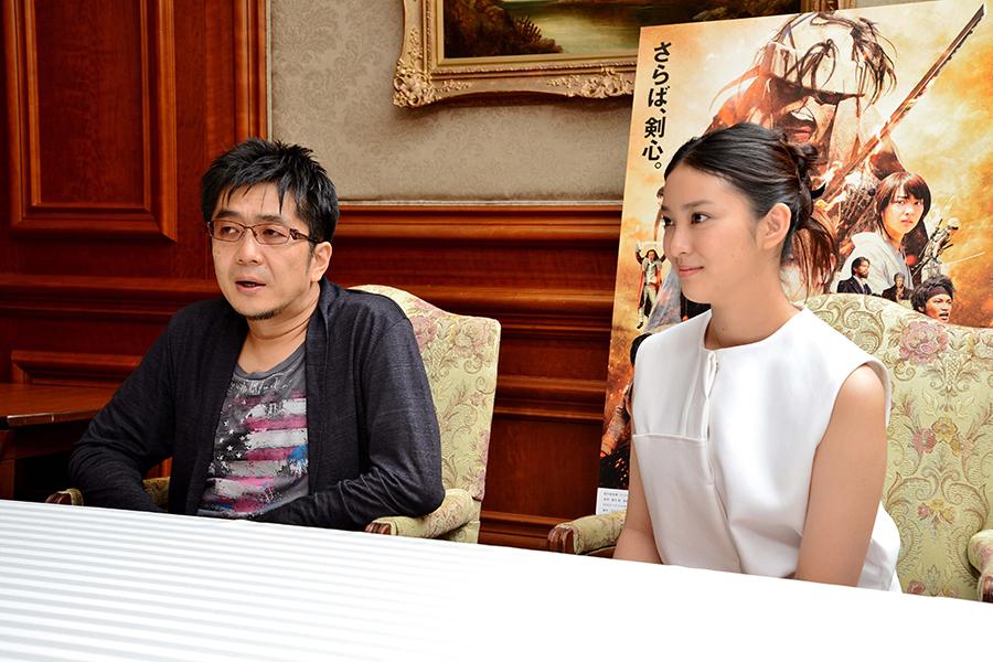 左より、大友啓史監督、武井咲