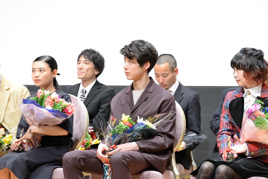 授賞式の坂口健太郎(中央)、左は新人女優賞の杉咲花、右はワイルドバンチ賞のミズタマリ