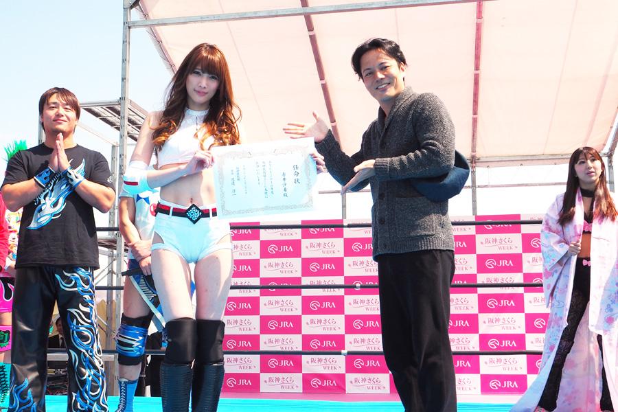 「阪神競馬場・さくら大使」に就任した赤井沙希と、贈呈したシャンプーハットのこいで