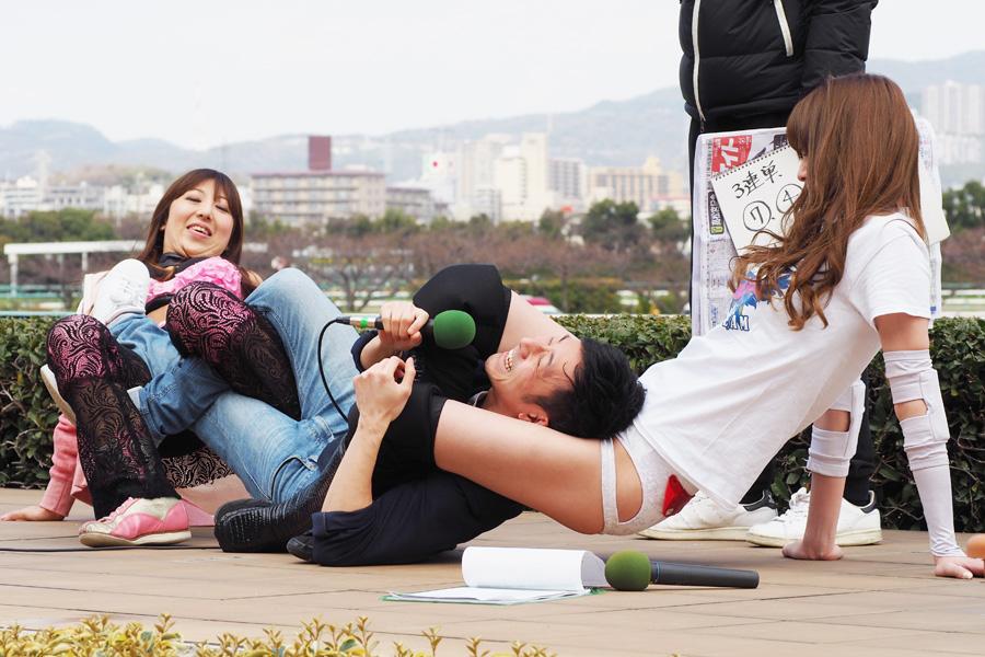 競馬予想トーク時、赤井沙希とチェリーに技をかけられるシンクロック・木尾を見て、シャンプーこいでは「うらやましい」とコメント