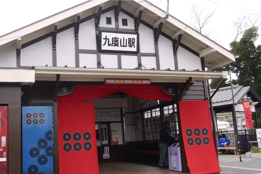九度山全体が真田テーマパークの象徴に駅も真田カラーで染まる