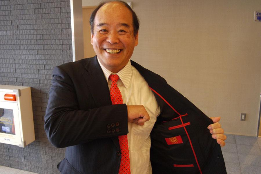 六文銭入りの出陣スーツを着用してきた岡本章九度山町長。