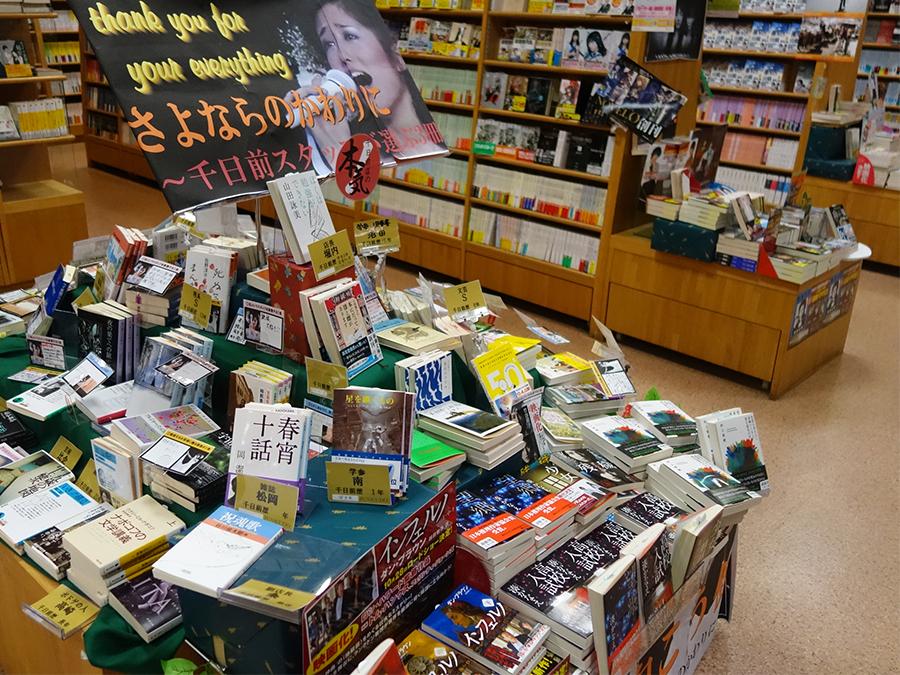 店員が選んだ本の後ろの棚に、出版社の担当が選んだものも