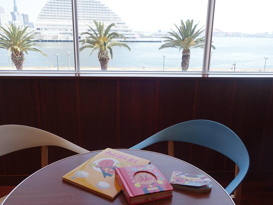 海が見えてリラックスできる空間。本は1歳用から揃う