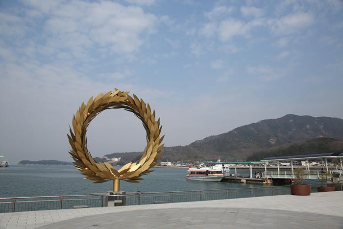 小豆島の玄関口・土庄(とのしょう)港(香川県小豆郡)。ここに設置されている「太陽の贈り物」(チェ・ジョンファ)は島のシンボル的作品 撮影/Ayami