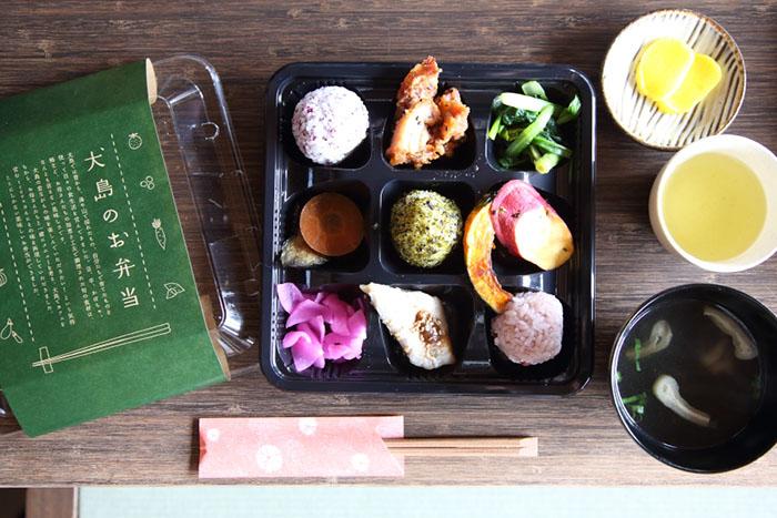 犬島のお弁当1,080円(漬物・お吸物は別途100円)は犬島チケットセンターカフェでいただける。写真の弁当は10名以上で要予約、テイクアウトも可能 撮影/Ayami