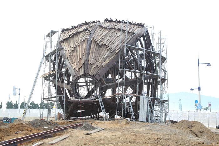開幕に向けて制作が進む、リン・シュンロン「国境を越えて・海」。2013年の豊島での展示終了後も航海を続けていた「種の船」が、今回、高松港へ漂着したという設定。完成後は作品の中に入ることもできる 撮影/Ayami