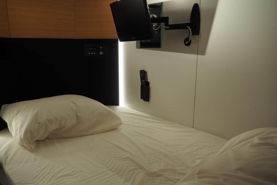 ふかふかの羽毛布団でぐっすり眠れる。もちろんコンセント、USB端子、Wi-fiも完備