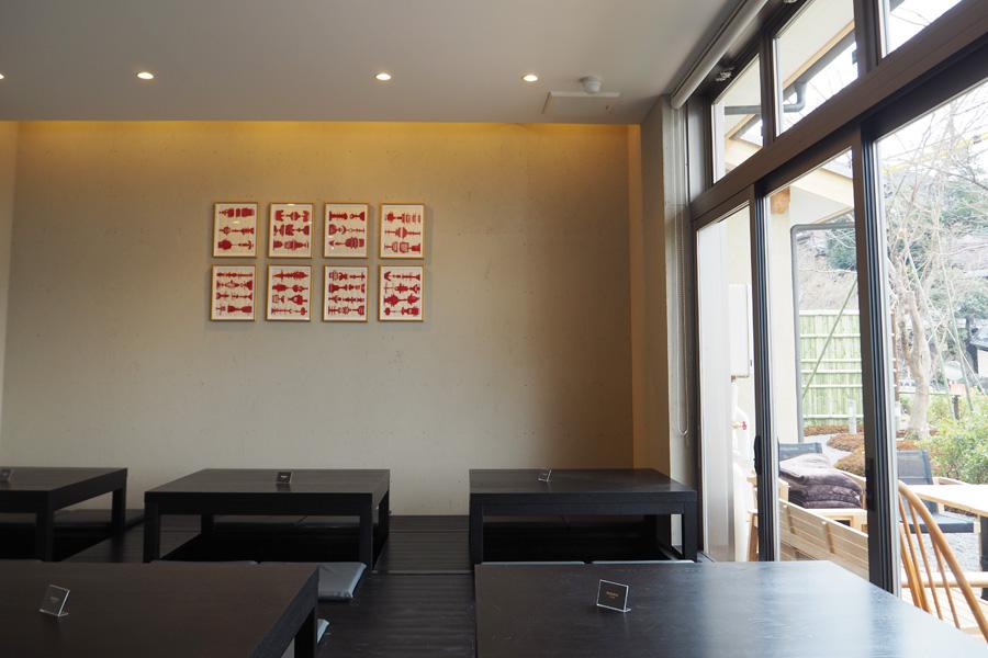開放感があり明るい店内。京都らしく小上がりの席も