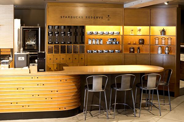 カウンターの右には、厳選されたコーヒー豆が並ぶ棚。コーヒーマシン「クローバー」も鎮座。