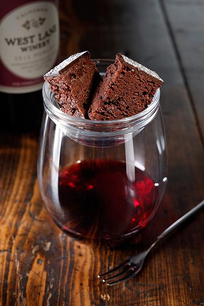 濃厚なチョコレートケーキを赤ワインと一緒に。「ブリス チョコレート ケーキ オン レッド」1,100円。