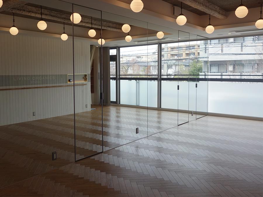 2階のスタジオ。ピラティスを中心に、ヨガ、背骨コンディショニング、トレーニングなど。