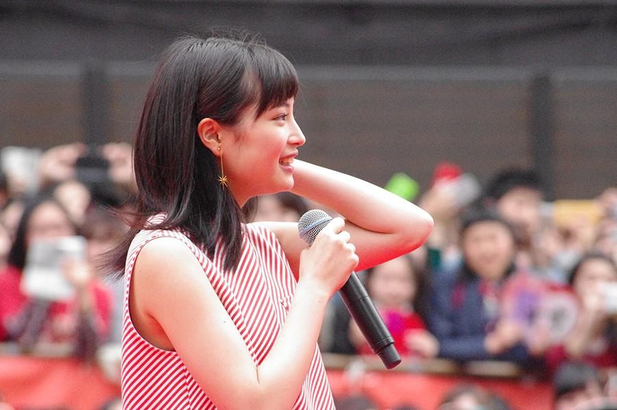 大阪・道頓堀(大阪市中央区)でのゲリライベントに登場した女優・広瀬すず