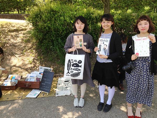 運営メンバー。本人達が作るフリーペーパーを手に左から、京都造形芸術大学の傳寳(でんぽう)さん、神戸大学の宇田さん、斉藤さん。